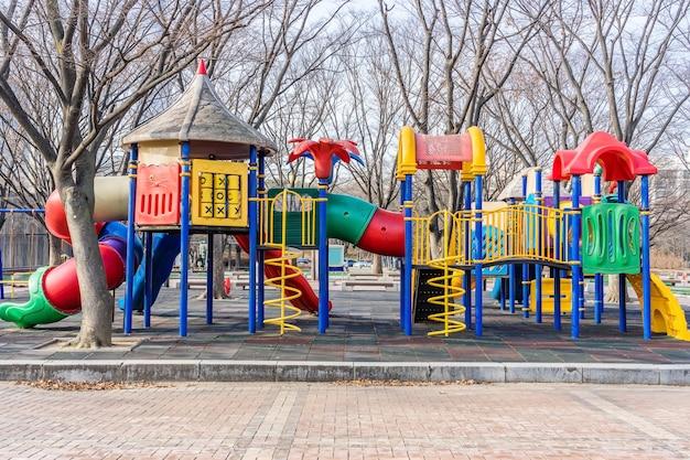 Kolorowy plac zabaw na podwórku w parku
