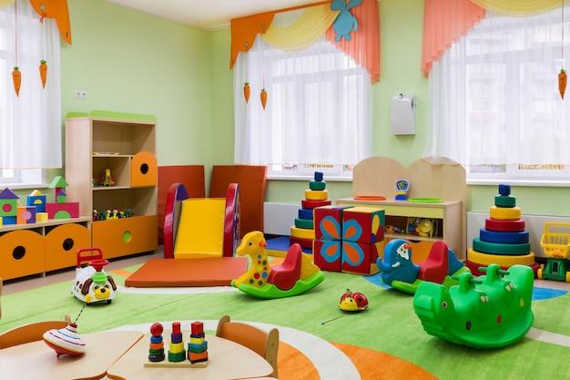 Kolorowy pokój zabaw z zabawkami w przedszkolu