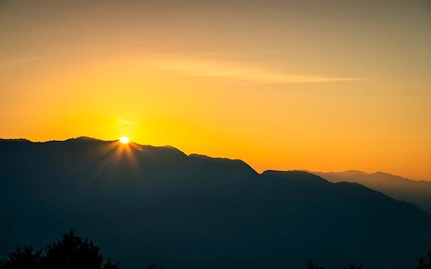 Kolorowy ponury zachód słońca w katmandu