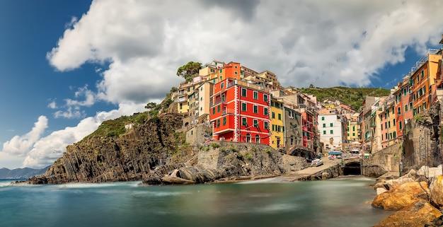 Kolorowy poranny widok riomaggiore. liguria, włochy. pejzaż morski morza śródziemnego