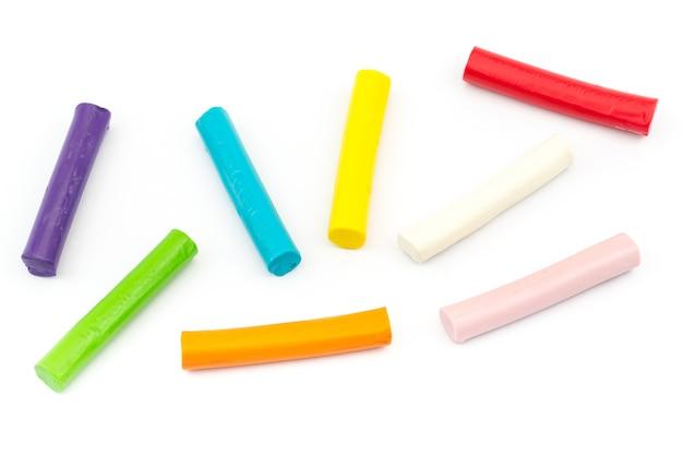 Kolorowy prącie plasteliny układać na białym tle