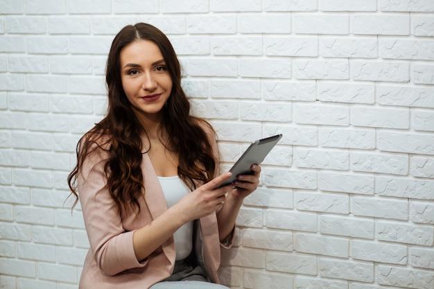 Kolorowy pracowniany portret młoda atrakcyjna brunetka używać pastylka komputer