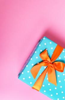 Kolorowy prezent na różowym tle