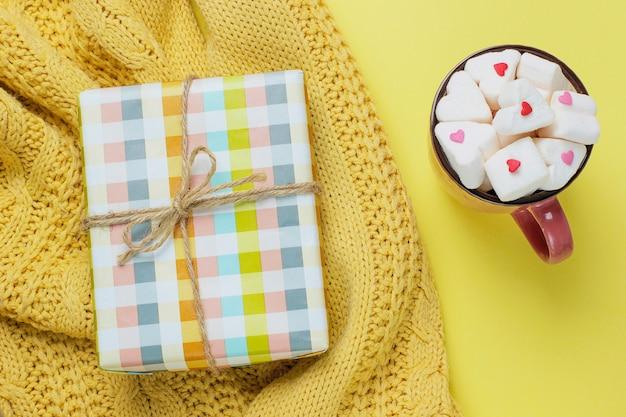 Kolorowy prezenta pudełko odizolowywający na kolorze żółtym