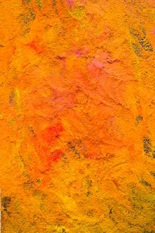 Kolorowy proszek pomarańczowy na stole