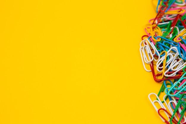 Kolorowy spinacz do papieru na żółto
