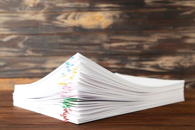 Kolorowy spinacz do papieru ze stosem przeciążenia dokumentów
