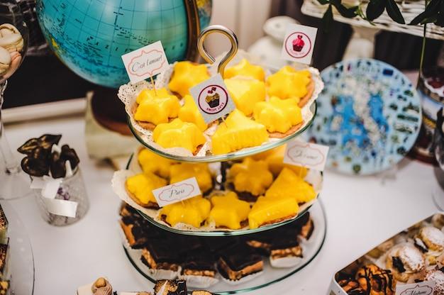 Kolorowy stół ze słodyczami i gadżetami na ślub
