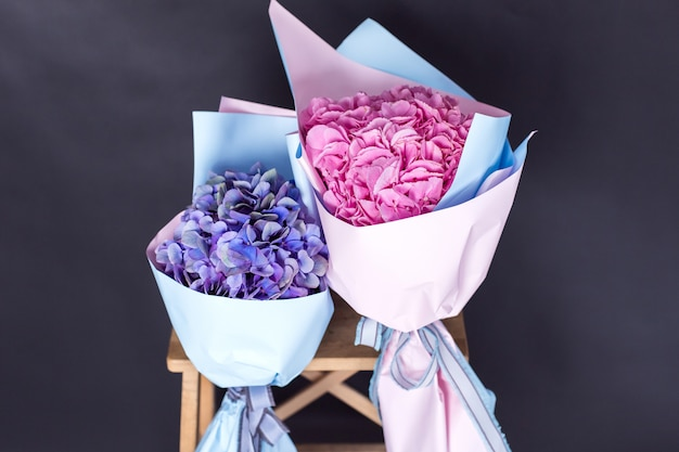 Kolorowy świeży bukiet kwiaty na odosobnionym czarnym tle