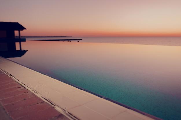 Kolorowy świt nad morzem. malowniczy zachód słońca
