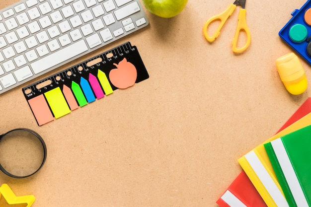 Kolorowy szkolny i biurowy wyposażenie na beżowym tle
