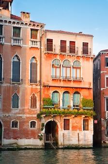 Kolorowy tradycyjny dom w wenecji nad wodami kanału grande we włoszech