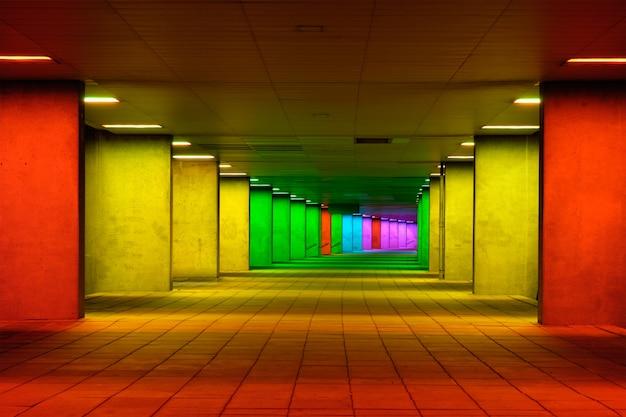 Kolorowy tunel z oświetleniem wielokolorowym w pobliżu museum park w rotterdamie, holandia