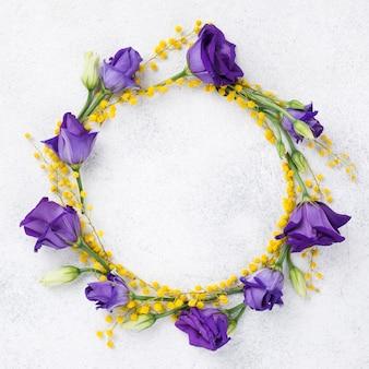 Kolorowy wieniec wykonany z wiosennych kwiatów
