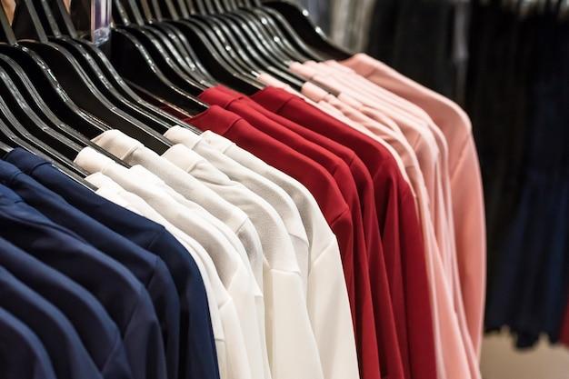 Kolorowy wieszak na ubrania.