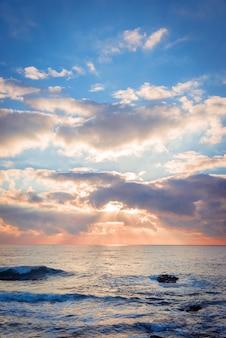 Kolorowy wschód słońca nad morzem.