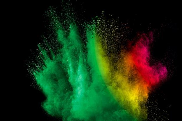 Kolorowy wybuch proszku w ciemności