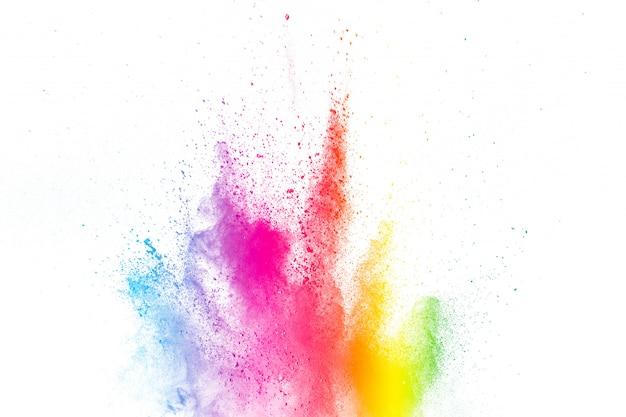 Kolorowy wybuch w proszku happy holi. streszczenie wielokolorowe cząstki pękają lub rozpryskują się.