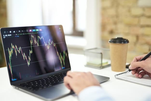 Kolorowy wykres graficzny na ekranie nowoczesnego laptopa