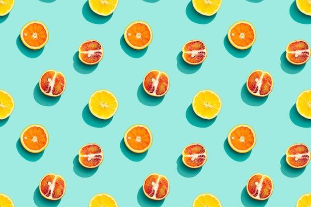 Kolorowy wzór owoców ze świeżych cytrusów na niebieskim tle letnie jedzenie kreatywne płaskie lay