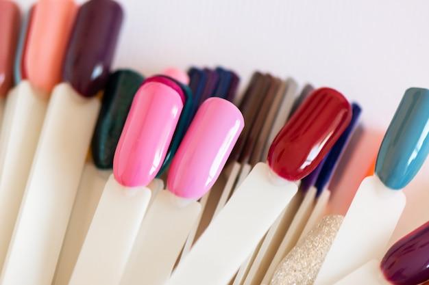 Kolorowy wzór paznokci na tipsach, z bliska.