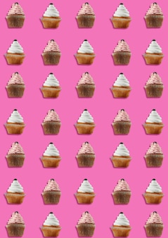 Kolorowy wzór wykonany z babeczek na różowym tle. minimalna koncepcja.