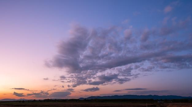 Kolorowy zachód i wschód słońca z chmurami. niebiesko-pomarańczowy kolor natury.