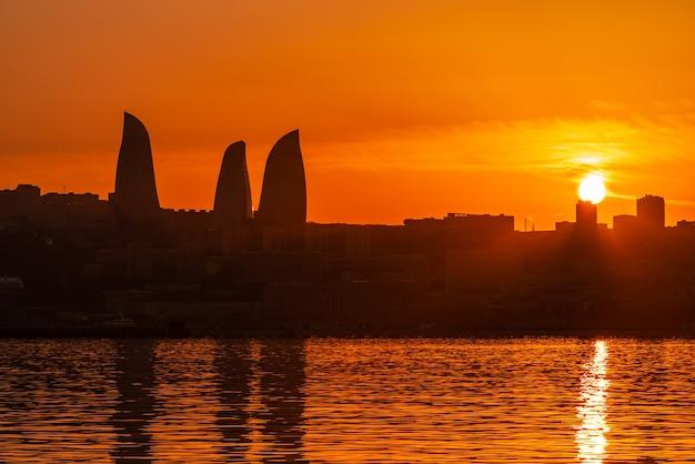Kolorowy zachód słońca na bulwarze baku