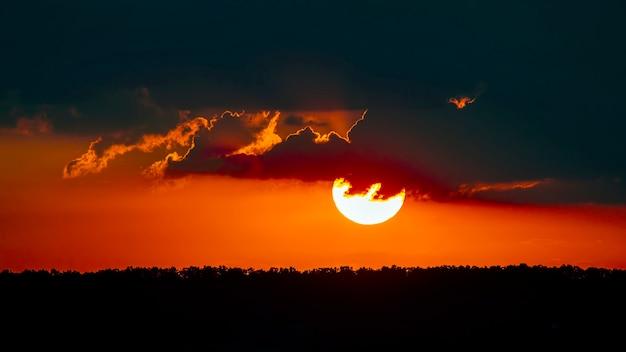 Kolorowy zachód słońca na wieczornym niebie. natura i piękno chmur