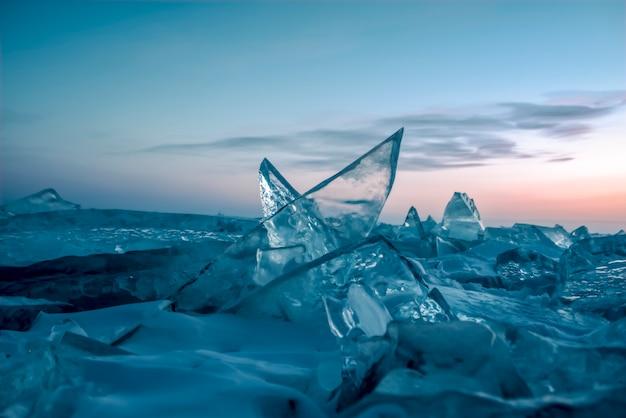 Kolorowy zachód słońca nad kryształowym lodem jeziora bajkał. syberia, rosja