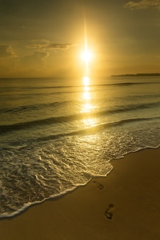 Kolorowy zachód słońca nad oceanem na malediwach