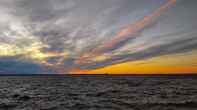 Kolorowy zachód słońca nad wołgą