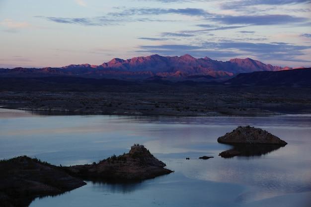 Kolorowy zachód słońca w lake mead, nevada