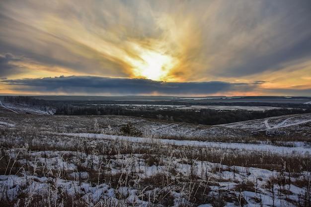 Kolorowy zachód słońca w tej dziedzinie