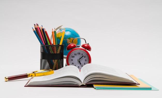 Kolorowy zbiór przyborów szkolnych na białym tle. powrót do szkoły. świetne pomysły