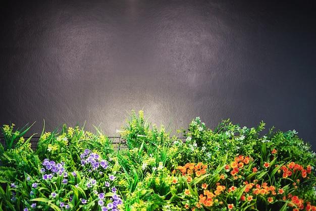 Kolorowy zdobiony ogród kwiatowy z szarą przestrzenią kopii na górze i ciepłym, błyszczącym światłem punktowym - zdjęcie ogrodu kwiatowego