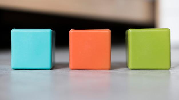 Kolorowy zestaw kostek ustawionych w linii na podłodze