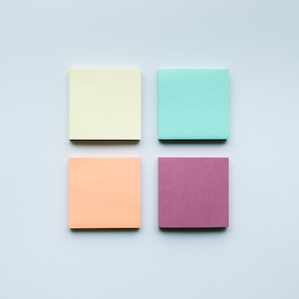 Kolorowy zestaw papieru do notatek. kreatywność biznesowa, pomysł na burzę mózgów, koncepcja współpracy