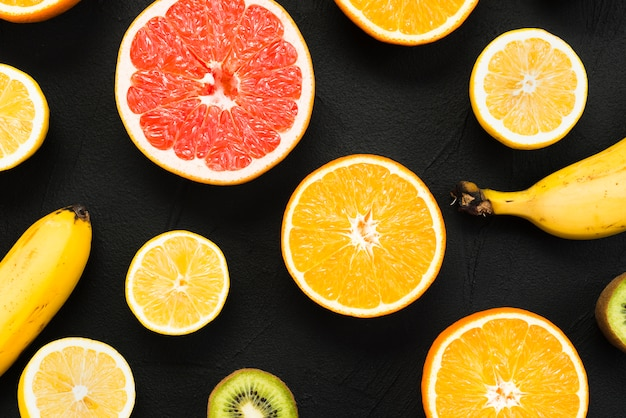Kolorowy zestaw świeżych owoców tropikalnych