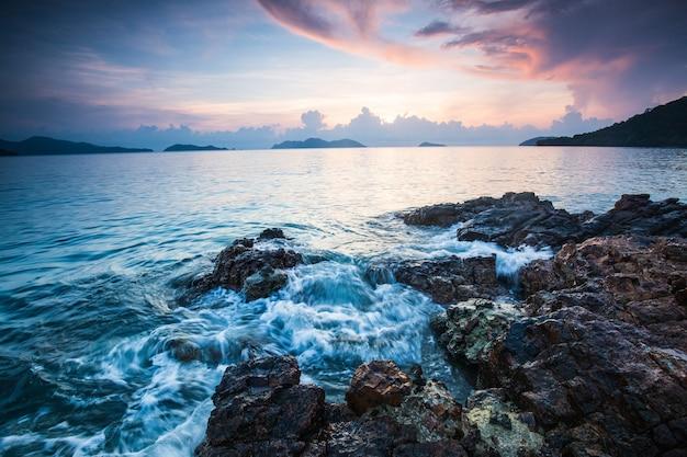 Kolorowy zmierzch na morzu w koh wai wyspie, trat prowincja, tajlandia.