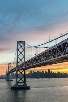 Kolorowy zmierzch nad zatoka mostem
