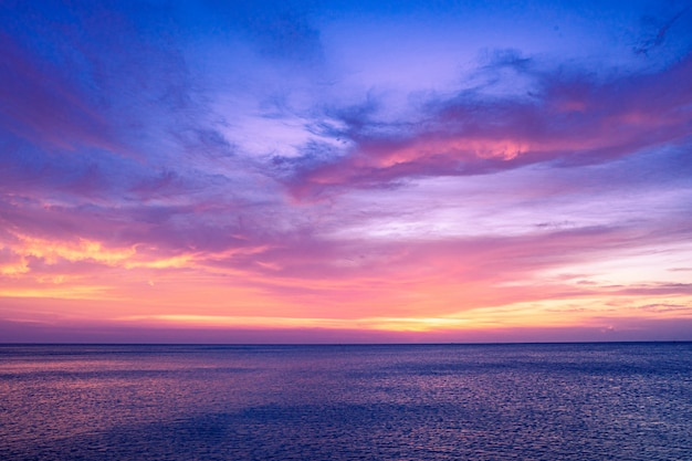 Kolorowy zmierzchu niebo nad oceanem z dramatyczną chmurną formacją
