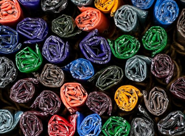Kolorowy zwinięty i wiązany szalik. ręcznie robiony na prezenty w sklepie z pamiątkami. zwinięte chusteczki lub kolekcja szalików z tkaniny. prezenty. modne chusteczki do nawijania.