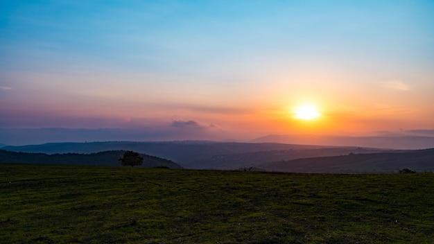 Kolorowy, żywy zachód słońca