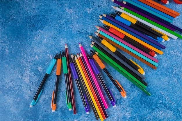Koloru ołówek na błękitnym tle. powrót do szkoły