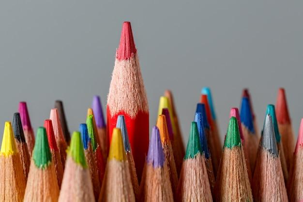 Koloru ołówki na popielatym tle.