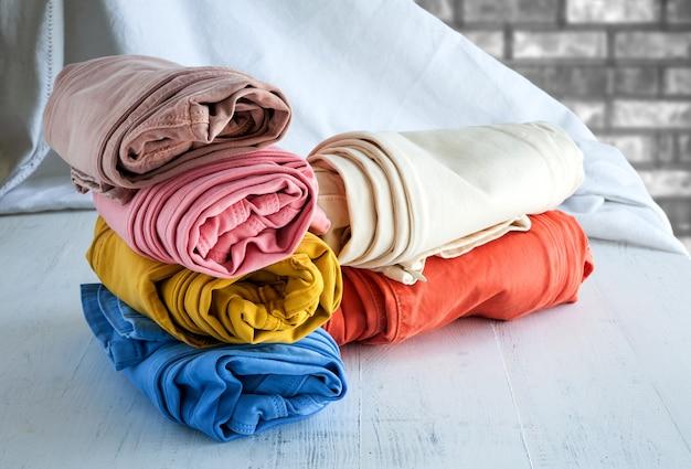 Kolory spodnie na drewnianym stole