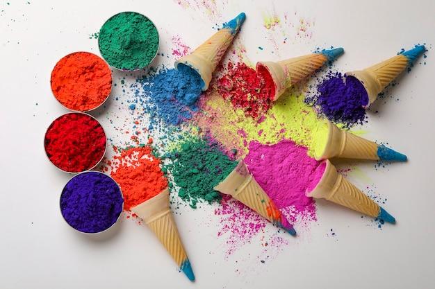 Kolory w kształtach gałek lodów w rożkach na indyjskie święto holi