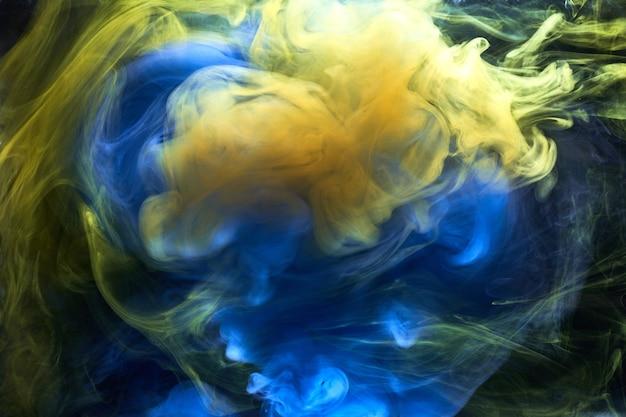 Kolory ziemi abstrakcyjne tło, kolorowa farba dymna pod wodą, wirujący atrament w wodzie, egzoplaneta błękitne morze ocean