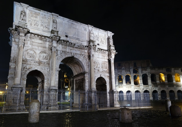 Koloseum i constantine arch wgląd nocy w rzymie, włochy.